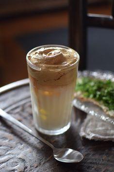 Dalgona coffee - kaffefluffet känt från TikTok - Helena Lyth Fika, Frappe, Milkshake, Pudding, Cupcakes, Coffee, Desserts, Creative, Tips