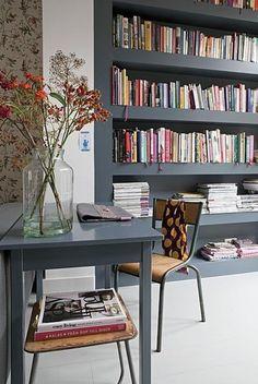 Beelden die me inspireren om lekker aan de slag te gaan met mijn interieur. - Boekenkast achter werkplek.