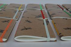 Libélulas Libretas de bolsillo tamaño A6 (15 x 11cm) – 50 hojas color ahuesado – papel bookcel de 80grs – tapas blandas cubiertas de papel impreso – costura expuesta con hil…