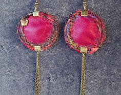 Boucles d'oreille rondes réversibles en cuir bordeaux et tissu satiné léopard gris avec chainettes. Made by Lunabellune
