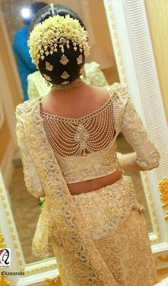 What a beautiful large low bun with real flower gajra & juda pins! Care however … - blouse designs wedding - Saree Blouse Neck Designs, Bridal Blouse Designs, Indian Wedding Hairstyles, Indian Wedding Outfits, Indian Wedding Jewelry, Bridal Lehenga, Saree Wedding, Hair Wedding, Moda Indiana