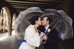 Pareja de novios con paraguas #wedding #bodas #novios #paraguas #umbrella