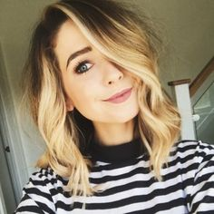 our best ideas for fashionable and stylish mid-length hair Want to change the look of your mid-length hair? Check out our gorgeous trendy hyperstylated mid-length hair styles New Hairstyle Trends. Zoella Hair, Zoe Sugg, Latest Hair Trends, Mid Length Hair, Cut And Color, Hair Lengths, New Hair, Blonde Hair, Cool Hairstyles