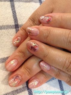 Wearing a beige nail pink rabbit and flowers