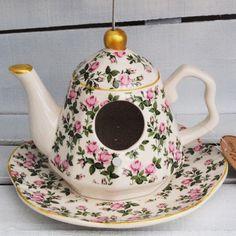 Nichoir en faïence anglaise, en forme de théière sur sa soucoupe. Adorable motif liberty rose. Suspendue par un filin d'acier. En vente chez Esprit British.