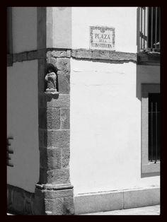 Hornacina con escultura en la Plaza de la Constitución.