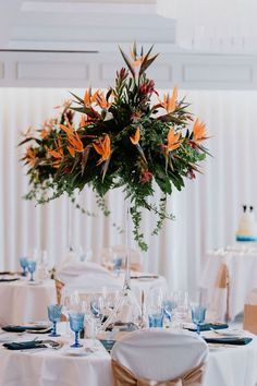Tropical wedding - Bird of paradise flower - strelitzia flower wedding arrangements Tropikalny lub - slub za granic w stylu tropikalnym - lubne aran acje z kwiat w strelizji Wedding Table Centerpieces, Wedding Flower Arrangements, Wedding Reception Decorations, Flower Centerpieces, Wedding Favors, Wedding Ideas, Wedding Planning, Centrepieces, Wedding Stuff