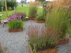 Højbedesæt på havemesse med kvadratiske plantekasser
