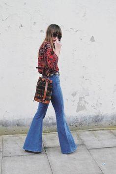 look-descolado-2015-2016-calça-flare-camisa-estampada-looks-anos-70-tendência