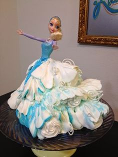 This version Elsa in a Doll Cake congers the feeling of wind a snow blowing through the many layers of Elsa's skirt. The Cake is a single. Frozen Doll Cake, Elsa Doll Cake, Frozen Dolls, Frozen Birthday Cake, Frozen Party, Birthday Cakes, Birthday Ideas, Barbie Torte, Barbie Cake