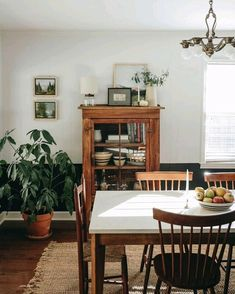 vintage mid century modern dining room with plants homedecor interiordesign diningroom diningroomideas midcenturymodern vintagedecor Dining Room Inspiration, Home Decor Inspiration, Decor Ideas, Furniture Inspiration, Room Ideas, Mid Century Modern Dining Room, Style Deco, Country Style Homes, Modern Country