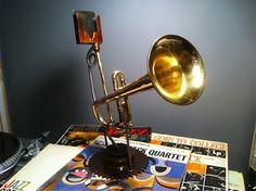 Altavoz de MP3 estilo vintage, aprovechando una vieja trompeta.