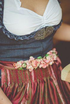 ein wunderschöner Vintage Blumengürtel in zarten Rosatönen. Das perfekte Accessoires für Dein Dirndl. #fashion #style #dirndl #dirndlliebe #blumengürtel #brautdirndl #tracht