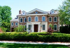 Кирпичный дом в английском стиле со светлым входом