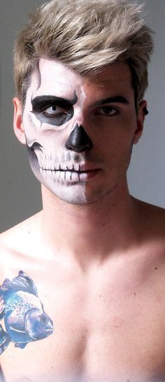Dresses Here you will get many Halloween makeup ideas for men, for men with beard, zombie makeup idea, skeleton makeup idea, face painting and much more to makeups. Visage Halloween, Mens Halloween Makeup, Halloween Men, Creepy Halloween, Costume Halloween, Halloween Ideas, Happy Halloween, Google Halloween, Half Skull Makeup