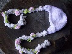 Gorro confeccionado em crochê. detalhes - folhas e rosinhas em crochê. cor - branco tamanhos - RN / 1 a 3 / 3 a 6 / 6 a 9 meses R$ 49,90