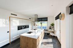 Strak, wit hoogglans en warm hout in deze moderne keuken in Holten. De klant heeft samengewerkt met enkele organisaties van huis&co, een initiatief van bedrijven uit Rijssen e.o. Ook Keukenstudio Regio Oost, verantwoordelijk voor de realisatie van de keuken, is hier onderdeel van.