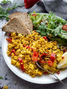 Vegán rántotta recept, ami könnyen átveheti a tojásrántotta helyét. Nem csak egyszerű, de tápláló és finom vegán reggeli, a tofurántotta tetszeni fog. Fried Rice, Tofu, Cobb Salad, Grains, Vegan, Ethnic Recipes, Bulgur, Red Peppers, Vegans