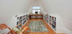 L'aménagement sous pente, gain de place et déco - La plupart des bibliothèques aménagées en sous pente sont basses et offrent une longitude à la pièce, une perspective qui anime l'espace.