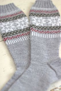 These knee-length socks are super warm and cosy to wear over thights, leggins or skinny jeans. Knit Mittens, Knitting Socks, Hand Knitting, Rose Colored Glasses, Slipper Socks, Leg Warmers, Knit Crochet, Cold Feet, Skinny Jeans
