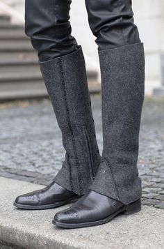 Designer-Gamasche aus Filz mit schwarzer Spitzenpaspel | Modell Closed Diy Fashion, Fashion Boots, Womens Fashion, Flower Shoes, Fashion Project, Love Sewing, Equestrian Style, Diy Clothing, Mode Outfits