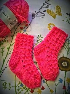 Neuloosi vaivaa neljässä sukupolvessa. Isomummi 96v, mummi 68v, minä 45v ja minun lapset 20, 18, 14 ja 10v. Puikot viuhuu! :) Knitting Socks, Baby Knitting, Knit Baby Dress, Drops Design, Children, Kids, Knit Crochet, Crocheting, Fashion