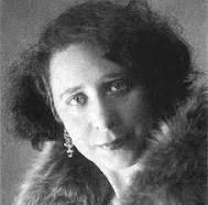 Margarita Nelken es la única mujer que ha logrado renovar su candidatura por la provincia de Badajoz, en las tres legislaturas republicanas: 1931, 1933 y 1936. Fue una escritora, crítica de arte y política española, una de las representantes del incipiente movimiento feminista en España durante la década de 1930.