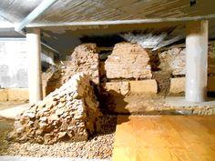 Ruinas del Anfiteatro Romano. Fue construido en el siglo I D d C Cripta de la calle Cascalerias.