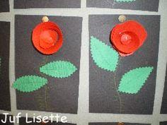 Knip een rode cirkel. Knip van deze cirkel een spiraal. Begin de strook op te rollen vanuit het midden.Plak een stukje dubbelzijdig tape onder het roosje en plak het op de kaart.