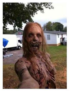 Zombie Selfie hehe guessing this is from the walking dead XD The Walking Dead, Halloween Zombie, Halloween Ideas, Halloween Makeup, Costume Zombie, Halloween Costumes, Adult Halloween, Happy Halloween, Selfies