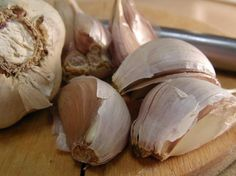 A clove of garlic per day to chase that cholesterol away - The Health Science Journal Garlic Oil, Fresh Garlic, Natural Health Tips, Spices And Herbs, Garlic Recipes, Reduce Cholesterol, Nutrition Education, Health Advice, Natural Remedies