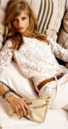 Love this outfit. Whites are elegant, even though this also has a casual vibe.