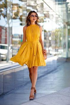 Sun-style Mini Dress. Robe courte à volants, jaune moutarde. Robe fluide colorée.