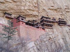 Vinte edifícios nos lugares mais estranhos do mundo - Observador