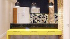 Apartamento #mesa #bancada  48 m²  Este apartamento tem 48 m² e é um projeto de Ana Lucia Correia, Paueica Coimbra e Patricia Calmon, do Espaço Interior Arquitetura e Design.  O apê tem quarto, sala, suíte com closet, lavabo, cozinha e pequena área em armário.