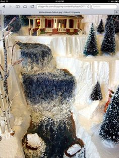 Christmas Village Display, Christmas Village Houses, Halloween Village, Christmas Gift Decorations, Christmas Villages, Holiday Decor, Lemax Christmas, Christmas Train, Miniature Christmas