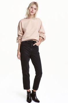 Loose fit Regular Jeans: Vaquero de cinco bolsillos en denim lavado. Modelo de tiro bajo con cintura estándar, corte holgado y perneras más ajustadas en la parte inferior.