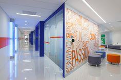 Espectacular diseño futurista el de las oficinas, albergadas en el edificio Brewster, donde el interiorismo de las cuales está caracterizado por los colores corporativos de la empresa, consiguiejdo un ambiente relajado y alegre.