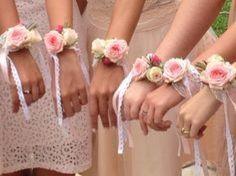 Voilà je réfléchissais à comment assortir au minimum les brides maids ... J'adore l'idée des bracelets assortis au bouquets de la mariée ! Ma mère et ma soeur seront mes témoins Ma mère aura 50 ans Je l'imagine mal un bouquet à la main Bracelets...