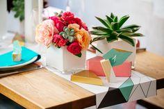 Décoration de table graphique et colorée, aux touches dorées - Crédit Photo: MADPhotos - Papeterie: Rouge Pompon - Fleurs: A fleurs et à mesure - La Fiancée du Panda blog Mariage et Lifestyle