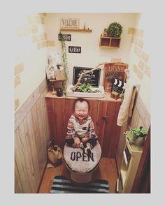 トイレってどうにかオシャレで可愛くならないかな?DIY好きさんなら気になりますよね。お客様が来た時に、褒められちゃうように、デコレーションしたり、小物にこだわったり、グリーンを置いたり、何となーく可愛くなったけど、他に何かできないの?そこで、流行中のトイレのタンクを隠すDIYを試してみませんか?少しの工夫で可愛くなるのでオススメですよ。 | ページ1