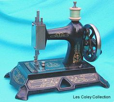 ❤✄◡ً✄❤ This German - manufactured Muller No.19 was very popular when produced early this century. The Muller Company specialised in toy sewing machines and this model, although small by domestic machine standards at the time, was a real heavyweight in their range. - http://www.dincum.com/library/libraryimages/lib_muller19_1.jpg