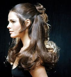 Ali MacGraw was born on April 1939 in Pound Ridge, New York, USA as Elizabeth Alice MacGraw. She is an actress, known for Love Story The Getaway and Convoy She was previously married to Steve McQueen, Robert Evans and Robin Martin Hoen. Ali Macgraw, 1970s Hairstyles, Vintage Hairstyles, 1970s Looks, 60s Hair, Photographie Portrait Inspiration, Hippie Look, Steve Mcqueen, Belle