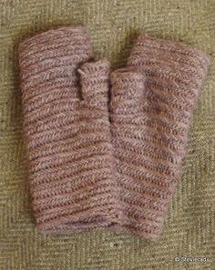 Nalbinded mittens, wool natural dye with elderberries