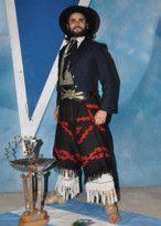 Malambo, vestimenta apropiada para bailar esta danza folklórica argentina, tradicionalmente realizada por hombres únicamente, que muestran sus destrezas en el zapateo.