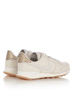 <p>De Nike Internationalist is een iconische sneaker, geïnspireerd op de retro Nike-hardloopschoenen. Dit premium model is uitgevoerd in zandkleurig nubuck met een metallic detail van leer op de hiel. De sneaker is afgewerkt met een lichte structuur en geperforeerde details.</p><p>Gebruik een onderhoudsmiddel van Jason Markk om dit paar schoenen langer mooi te houden.</p>