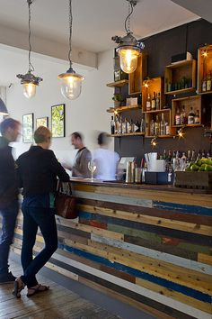 Ideas for wine crate bar spaces Decoration Restaurant, Restaurant Design, Rustic Restaurant, Chill Lounge, Crate Bar, Reclaimed Wood Bars, Pallet Wood, Weathered Wood, Design Innovation