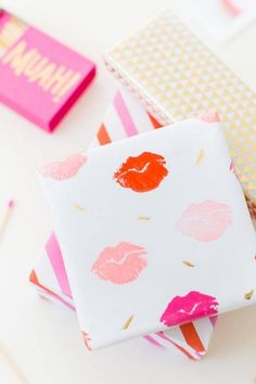 DIY Lip Patterned Gift Wrap - I love creative gift wrapping ideas! Valentines Day Food, Valentine Day Crafts, Be My Valentine, Saint Valentine, Creative Gift Wrapping, Creative Gifts, Wrapping Ideas, Wrapping Papers, Pretty Packaging