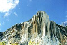 Enclavada en la Sierra Mixe de Oaxaca se encuentra Hierve el Agua, un sistema de cascadas petrificadas formadas hace miles de años.