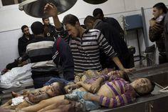 Beeld 1: De Gazastrook, een actueel thema waar al vele slachtoffers zijn gevallen.  De foto is genomen in de Gazastrook. Een man kijkt huilend naar de lijken van vier kinderen in het Al-Shifaziekenhuis. De kinderen zijn gestorven door een raketaanval van Israëlische troepen.